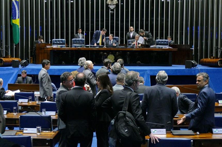 Plenário do Senado Federal durante sessão deliberativa ordinária.   Mesa: presidente do Senado Federal senador Eunício Oliveira (PMDB-CE);  senador Jorge Viana (PT-AC);  senador Valdir Raupp (PMDB-RO).  Foto: Roque de Sá/Agência Senado