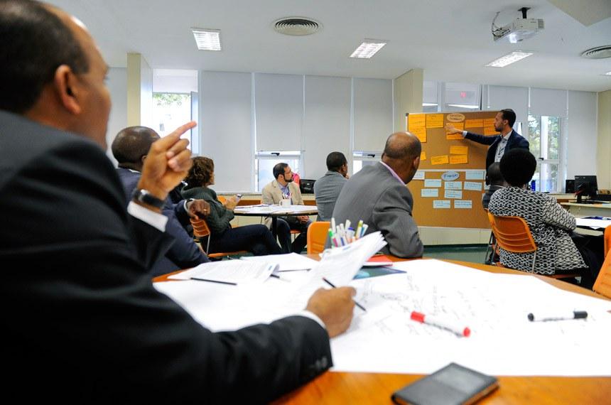 """Encerramento do """"Encontro dos Quadros da Área de Administração, Finanças e Recursos Humanos"""" da Associação de Secretários-Gerais dos Parlamentos de Língua Portuguesa (ASG-PLP) com o objetivo de compartilhar experiências e modelos de trabalhos relacionados à gestão organizacional e administrativa nos parlamentos, à gestão de recursos humanos, ao planejamento e à gestão financeira no legislativo, entre outros assuntos pertinentes ao tema. O evento conta com a presença de representantes de Portugal, Moçambique, Cabo Verde, Angola, São Tomé e Príncipe e Guiné-Equatorial.   À frente, servidor da Câmara dos Deputados, Gustavo Salles.  Foto: Marcos Oliveira/Agência Senado"""