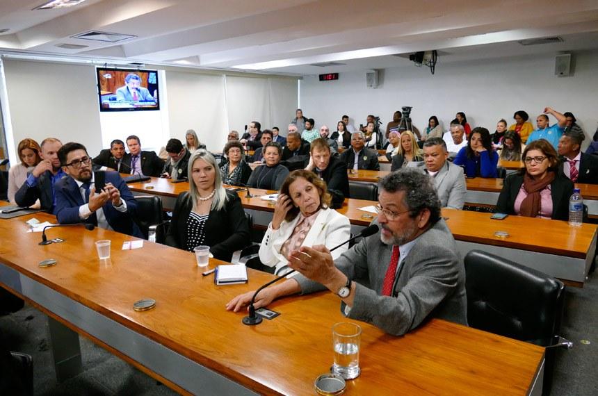 Comissão de Direitos Humanos e Legislação Participativa (CDH) realiza audiência pública interativa sobre aposentadoria especial para os enfermeiros, técnicos e auxiliares de enfermagem.   Em pronunciamento, senador Paulo Rocha (PT-PA).   Foto: Roque de Sá/Agência Senado