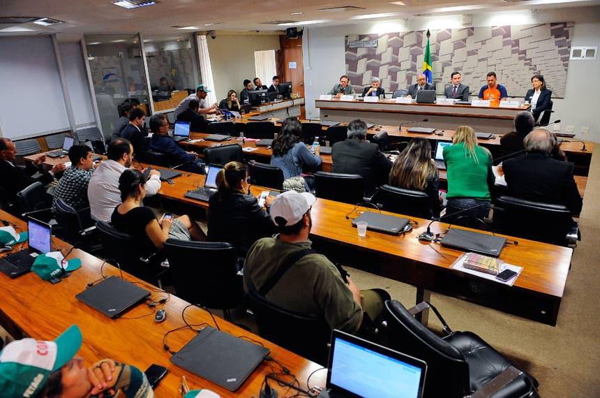 CPI da Previdência (CPIPREV) realiza audiência interativa com representantes da Confederação Nacional dos Trabalhadores na Agricultura (Contag) Contag e da Confederação Nacional da Agricultura (CNA).  Mesa: representante da Confederação Brasileira de Aposentados e Pensionistas (Cobap), Maurício Oliveira; presidente da Confederação Nacional dos Trabalhadores na Agricultura (Contag), Aristides Veras dos Santos; presidente da CPIPREV, senador Paulo Paim (PT-RS); coordenador do núcleo econômico da Confederação Nacional da Agricultura (CNA), Renato Conchon; presidente da Associação Recicle a Vida, Cleusimar Alves de Andrade; representante da Associação Brasileira de Engenharia Sanitária e Ambiental (Abes-DF), Jaira Maria Alba Puppim.  Foto: Pedro França/Agência Senado