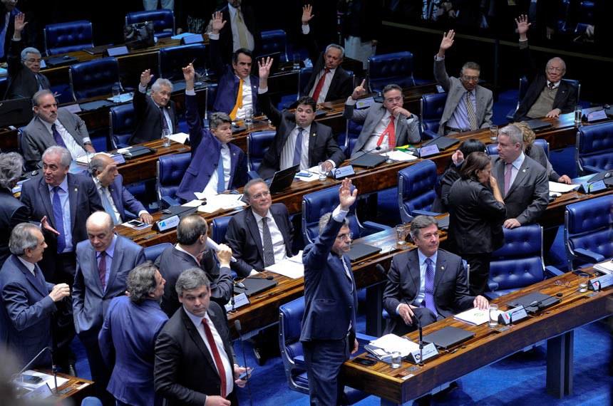 Plenário do Senado Federal durante sessão deliberativa extraordinária destinada a discutir o PLC 38/2017, que trata da reforma trabalhista.  Bancada: senador Benedito de Lira (PP-AL);  senador Ciro Nogueira (PP-PI);  senador Edison Lobão (PMDB-MA);  senador Elmano Férrer (PMDB-PI);  senador Fernando Collor (PTC-AL);  senador José Medeiros (PSD-MT);  senador José Serra (PSDB-SP);  senador João Alberto Souza (PMDB-MA);  senador Lindbergh Farias (PT-RJ);  senador Magno Malta (PR-ES);  senador Otto Alencar (PSD-BA);  senador Paulo Rocha (PT-PA);  senador Raimundo Lira (PMDB-PB);  senador Romero Jucá (PMDB-RR).  Foto: Edilson Rodrigues/Agência Senado