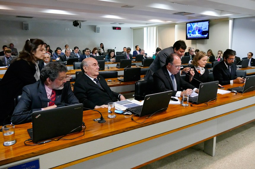 Comissão de Assuntos Econômicos (CAE) realiza reunião deliberativa com 20 itens. Entre eles, o PLS 626/2011, que dispõe sobre o cultivo sustentável da cana-de-açúcar em áreas da Amazônia Legal.  À bancada: senador Paulo Rocha (PT-PA); senador Flexa Ribeiro (PSDB-PA); senador Fernando Bezerra Coelho (PSB-PE);  senadora Gleisi Hoffmann (PT-PR); senador Valdir Raupp (PMDB-RO).  Foto: Roque Sá/Agência Senado