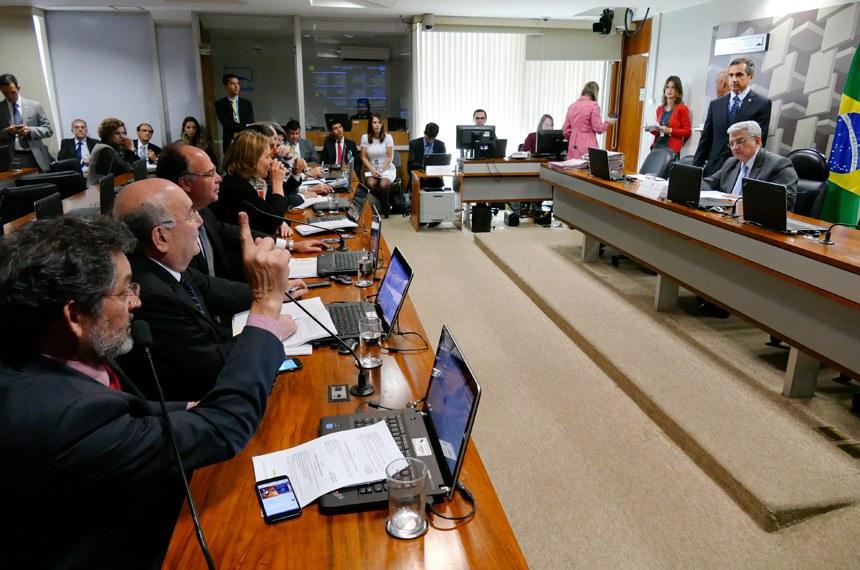 Comissão de Assuntos Econômicos (CAE) realiza reunião deliberativa com 20 itens. Entre eles, o PLS 626/2011, que dispõe sobre o cultivo sustentável da cana-de-açúcar em áreas da Amazônia Legal.   À mesa, presidente da CAE, Garibaldi Alves Filho (PMDB-RN).   Bancada:  senador Paulo Rocha (PT-PA);  senador Flexa Ribeiro (PSDB-PA);  senador Fernando Bezerra Coelho (PSB-PE);  senadora Gleisi Hoffmann (PT-PR);  senador Valdir Raupp (PMDB-RO);  senador Armando Monteiro (PTB-PE)   Foto: Roque Sá/Agência Senado