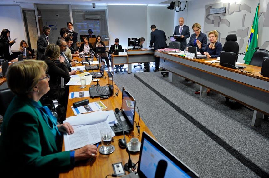 Comissão de Assuntos Sociais (CAS) realiza reunião deliberativa com 15 itens. Entre eles, o PLS 274/2012, que dispõe sobre a proteção da relação de emprego contra a despedida arbitrária ou sem justa causa.  À mesa, presidente da CAS, senadora Marta Suplicy (PMDB-SP).  Bancada: senadora Ana Amélia (PP-RS); senadora Vanessa Grazziotin (PCdoB-AM); senador Paulo Paim (PT-RS); senador Telmário Mota (PTB-RR);   senador Cidinho Santos (PR-MT).  Foto: Marcos Oliveira/Agência Senado
