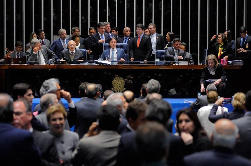 Plenário do Senado Federal durante sessão deliberativa extraordinária destinada a discutir o PLC 38/2017, que trata da reforma trabalhista.  Participam: presidente do Senado, senador Eunício Oliveira (PMDB-CE); deputado Marco Maia (PT-RS); senadora Lídice da Mata (PSB-BA); senador Gladson Cameli (PP-AC); senadora Vanessa Grazziotin (PCdoB-AM); senador João Alberto Souza (PMDB-MA);  senadora Fátima Bezerra (PT-RN);  senadora Kátia Abreu (PMDB-TO);  senadora Regina Sousa (PT-PI);  senadora Ângela Portela (PT-PDT); senador Humberto Costa (PT-PE);  senador Jorge Viana (PT-AC);  senador Lindbergh Farias (PT-RJ).  Foto: Pedro França/Agência Senado