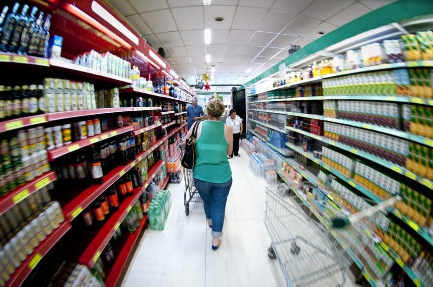 O Índice de Preços ao Consumidor Semanal (IPC-S) encerrou agosto em alta de 0,12%. A taxa é o dobro da apurada na última prévia (0,06%), mas está abaixo da registrada no começo do mês (0,16%). A pesquisa, feita pelo Instituto Brasileiro de Economia (Ibre) da Fundação Getúlio Vargas (FGV), mostra que seis dos oito grupos pesquisados apresentaram acréscimos.
