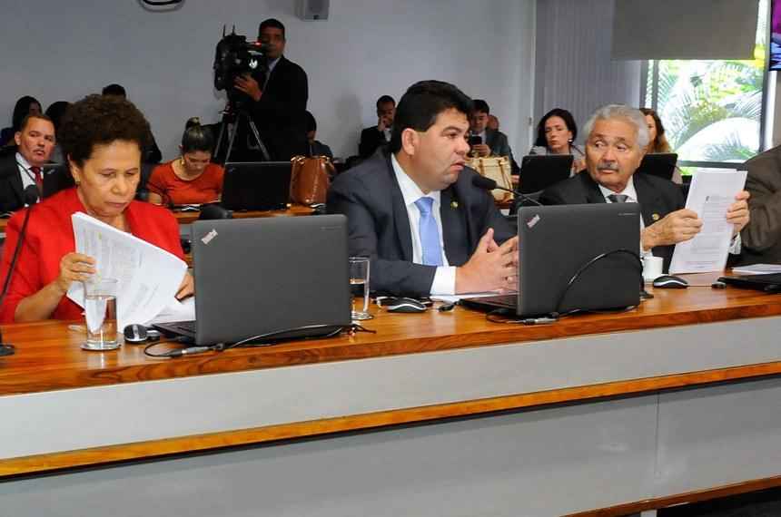 Comissão de Agricultura e Reforma Agrária (CRA) realiza reunião com 3 itens na pauta. Entre eles, o PLC 34/2015, que desobriga indicação de ingrediente transgênico em alimentos.  Bancada: senador Paulo Rocha (PT-PA);  senadora Regina Sousa (PT-PI); senador Cidinho Santos (PR-MT);  senador Elmano Férrer (PMDB-PI); senador Dalírio Beber (PSDB-SC).  Foto: Waldemir Barreto/Agência Senado