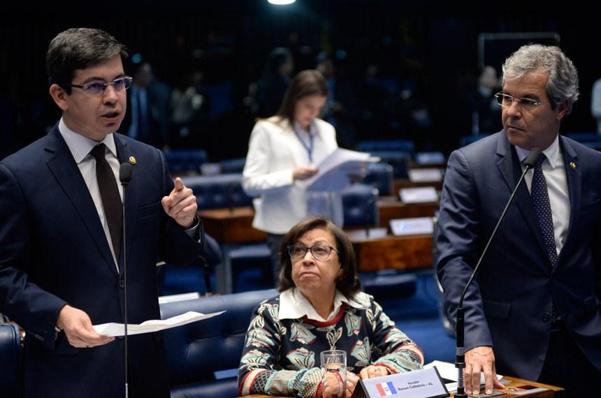 Plenário do Senado durante sessão deliberativa ordinária. Ordem do dia.  (E/D): senador Randolfe Rodrigues (Rede-AP); senadora Lídice da Mata (PSB-BA); senador Jorge Viana (PT-AC).  Foto: Jefferson Rudy/Agência Senado