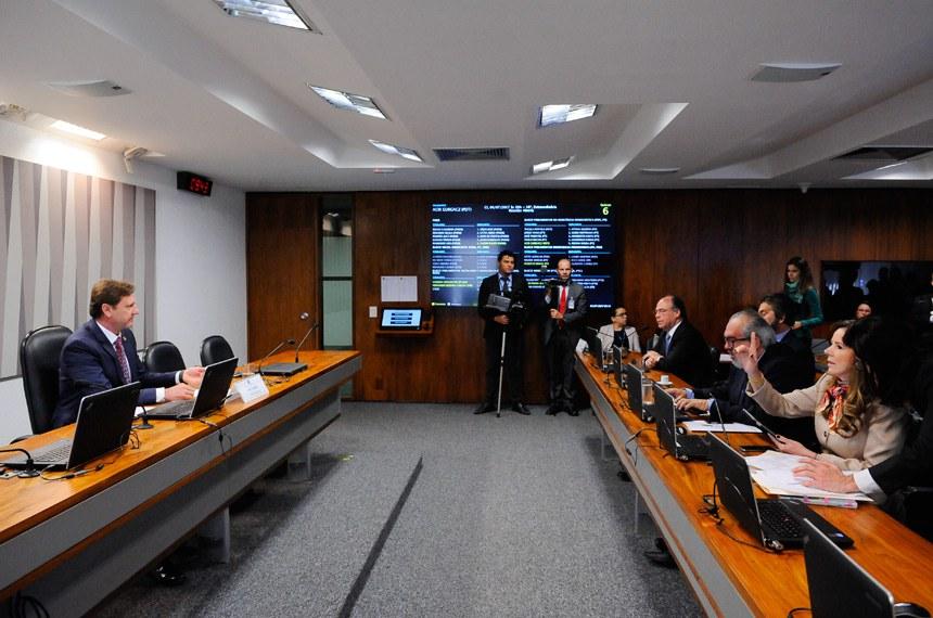 Comissão de Serviços de Infraestrutura (CI) realiza reunião deliberativa com 10 itens. Entre eles, o PLS 291/2013, que regula a cobrança pela prestação dos serviços de esgotamento sanitário.  À mesa, vice-presidente da CI, senador Acir Gurgacz (PDT-RO).  Bancada: senador Fernando Bezerra Coelho (PSB-PE);  senador Valdir Raupp (PMDB-RO); senador Roberto Muniz (PP-BA); senadora Vanessa Grazziotin (PCdoB-AM).  Foto: Pedro França/Agência Senado