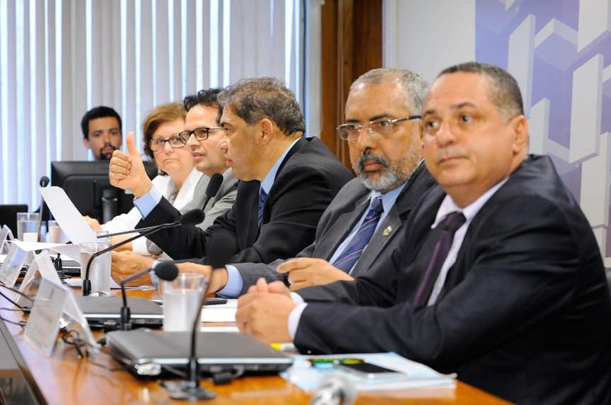 CPI da Previdência (CPIPREV) realiza audiência interativa com representantes de aposentados e pensionistas do INSS, dos auditores do DF, e dos policiais civis da região Centro Oeste e Norte.  Mesa: representante do Instituto Brasileiro de Atuariais (IBA), Marília Vieira Machado; auditor do Tesouro Municipal de Recife, Fábio Henrique Macedo; relator da CPIPREV, senador Hélio José (PMDB-DF); presidente da CPIPREV, senador Paulo Paim (PT-RS); presidente da Federação Interestadual dos Policiais Civis da Região Centro Oeste e Norte (Feipol), Divinato Ferreira da Consolação.  Foto: Waldemir Barreto/Agência Senado