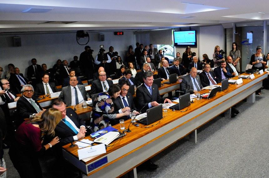 Comissão de Serviços de Infraestrutura (CI) realiza audiência pública interativa para debater acerca do Decreto 9.048, de 10 de maio de 2017, que regulamentou a exploração de portos organizados e de instalações portuárias, bem como sobre as ferrovias FIOL, Transnordestina e Biocêanica.   Bancada:  senador Ciro Nogueira (PP-PI); s enador Fernando Collor (PTC-AL);  senador Pedro Chaves (PSC-MS);  senador Ronaldo Caiado (DEM-GO);  senador Vicentinho Alves (PR-TO);  senador Wellington Fagundes (PR-MT)   Foto: Pedro França/Agência Senado