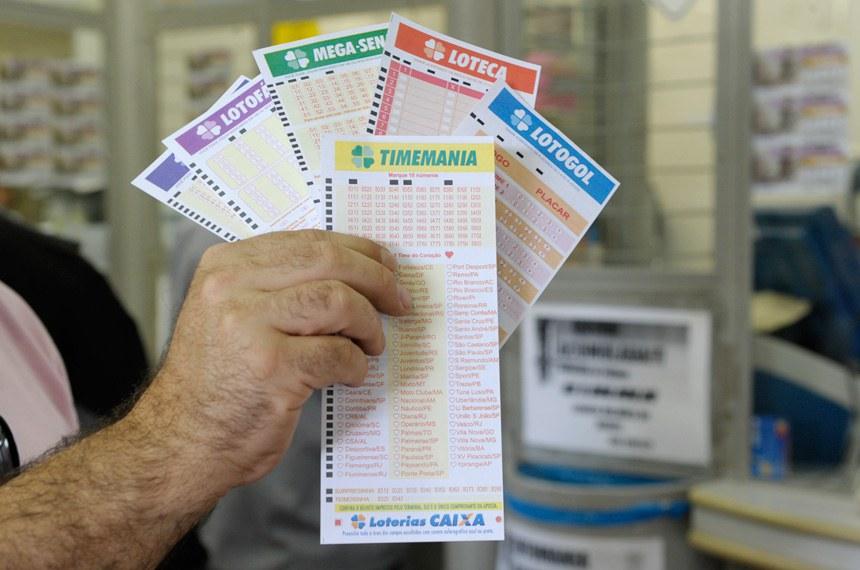 Lotérica Serra Pelada na rodoviária do Plano Piloto/Brasília.   Detalhe: cartelas de jogos.