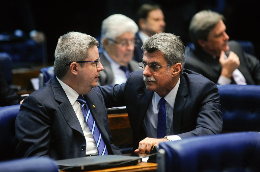 Senador Antonio Anastasia (esq.), autor da PEC que cria o Simples Municipal para beneficiar pequenas cidades, e o relator da proposta, senador Romero Jucá