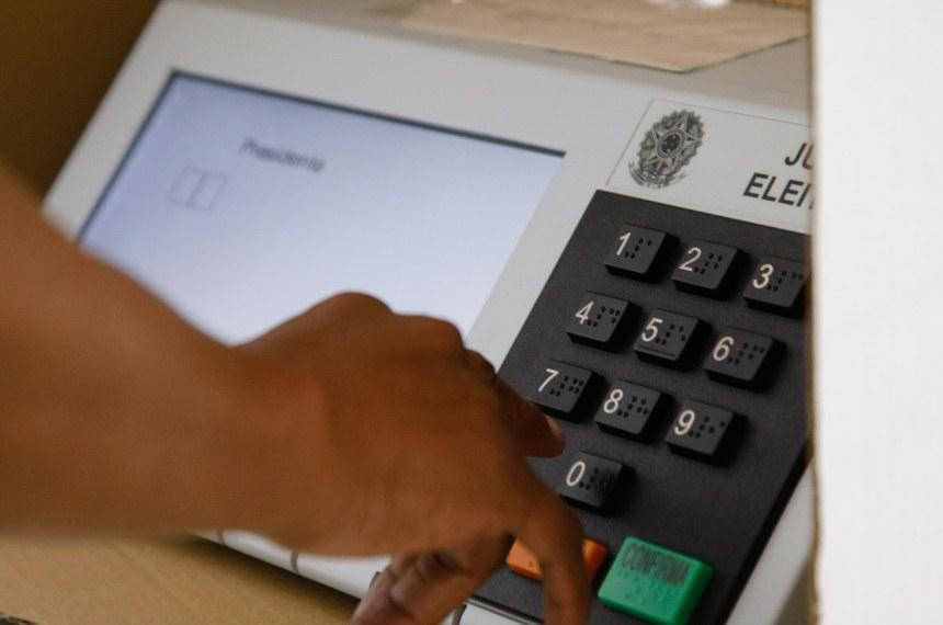 BIE- Banco de imagens externas - Eleições 2014 - Voto em trânsito no IESB, asa sul de Brasília.