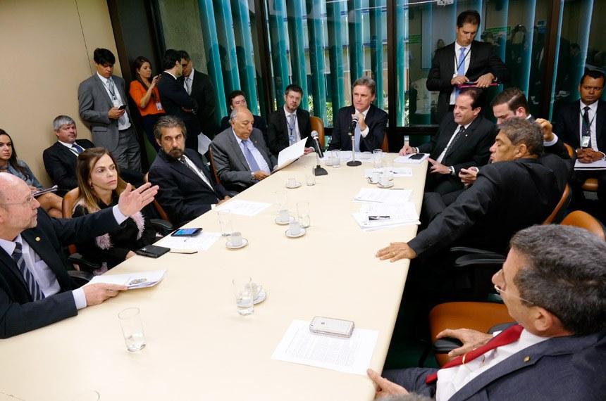 Comissão Mista de Planos, Orçamentos Públicos e Fiscalização (CMO) realiza reunião com 4 itens. Na pauta, projetos de créditos especiais e de alteração na LDO de 2017.   Participam: presidente da CMO, senador Dário Berger (PMDB-SC);  senador Hélio José (PMDB-DF);  senador Pedro Chaves (PSC-MS);  senador Valdir Raupp (PMDB-RO); deputado André Moura (PSC-SE); deputada Dorinha Seabra (DEM-TO); deputado Bohn Gass (PT-RS); deputado Cacá Leão (PP-BA).  Foto: Roque de Sá/Agência Senado