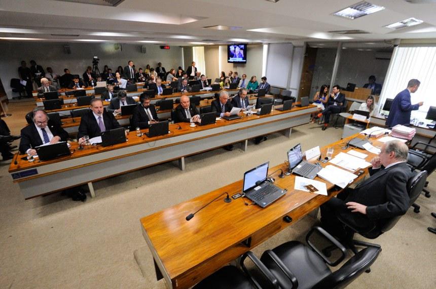 Comissão de Assuntos Econômicos (CAE) realiza reunião deliberativa com 12 itens, entre eles, o PLS 1/2011, que aumenta royalties pagos por mineradoras.  Mesa: presidente da CAE, senador Tasso Jereissati (PSDB-CE).  Bancada: senador Dalírio Beber (PSDB-SC); senador Armando Monteiro (PTB-PE);   senador Valdir Raupp (PMDB-RO); senador Flexa Ribeiro (PSDB-PA); senador Otto Alencar (PSD-BA); senador Raimundo Lira (PMDB-PB); senador Lindbergh Farias (PT-RJ).  Foto: Edilson Rodrigues/Agência Senado