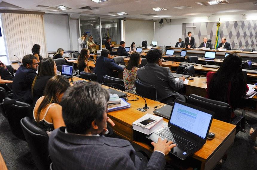 Comissão Mista da Medida Provisoria (CMMPV) - MP 785/2017 (novo Fies) realiza reunião para apreciação do plano de trabalho e de requerimentos.  Mesa: presidente da MP 785/2017, senador Dalírio Beber (PSDB-SC); relator da MP 785/2017, deputado Alex Canziani (PTB-PR).  Foto: Marcos Oliveira/Agência Senado