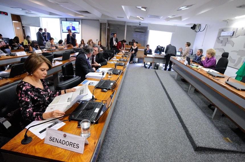 Comissão de Assuntos Sociais (CAS) realiza sabatina de indicado para o cargo de diretor da Agência Nacional de Saúde Suplementar (ANS).   Mesa:  indicado para o cargo de diretor da Agência Nacional de Saúde Suplementar (ANS), Rodrigo Rodrigues de Aguiar;  presidente da CAS, senadora Marta Suplicy (PMDB-SP);   Bancada:  senadora Ângela Portela (PDT-RR);  senador Dalírio Beber (PSDB-SC);  senador Waldemir Moka (PMDB-MS)   Foto: Edilson Rodrigues/Agência Senado