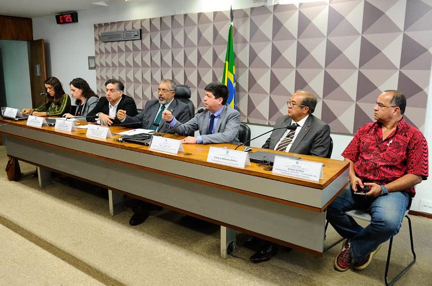 Subcomissão Temporária do Estatuto do Trabalho (CDHET) realiza audiência interativa com a participação de representantes sindicais e de associações de trabalhadores.  Mesa: vice-presidente da Associação Nacional dos Procuradores do Trabalho (ANPT), Ana Cláudia Bandeira; professora, doutora, representante do Centro de Estudos Sindicais e de Economia do Trabalho (Cesit), Ludmila Costhek Abilio; representante da Central Geral dos Trabalhadores do Brasil (CGTB), Flauzino Antunes Neto; vice-presidente da CDHET, senador Paulo Paim (PT-RS); presidente da Associação Latino-Americana de Juízes do Trabalho (ALJT), Hugo C. Melo Filho; presidente da Força Sindical-DF, Carlos Alberto Altino; representante da Confederação dos Trabalhadores do Ramo Financeiro (Contraf), Enilson da Silva.  Foto: Marcos Oliveira/Agência Senado