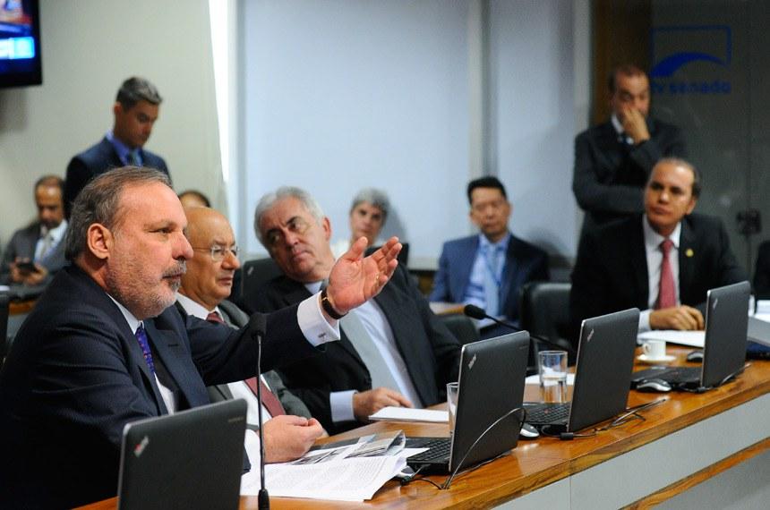 """Comissão de Assuntos Econômicos (CAE) realiza audiência pública interativa para identificar os principais obstáculos que compõem o chamado """"Custo Brasil"""" e oferecer soluções que """"facilitem a atividade empreendedora e empresarial no Brasil, a fim de gerar mais empregos e renda"""" (Grupo de trabalho de reformas microeconômicas).   Em pronunciamento, senador Armando Monteiro (PTB-PE).   Foto: Geraldo Magela/Agência Senado"""
