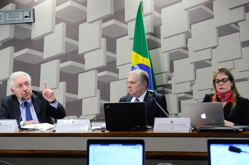 """Comissão de Assuntos Econômicos (CAE) realiza audiência pública interativa para discutir """"Custo Brasil"""" com o tema: papel da concorrência, das microempresas e da inovação sobre a produtividade, com a participação de conselheira do Conselho Administrativo de Defesa Econômica (Cade) e do presidente do Serviço Brasileiro de Apoio às Micro e Pequenas Empresas (Sebrae).  Mesa: diretor-presidente do Serviço Brasileiro de Apoio às Micro e Pequenas Empresas (Sebrae), Guilherme Afif Domingos; presidente da CAE, senador Tasso Jereissati (PSDB-CE); conselheira do Conselho Administrativo de Defesa Econômica (Cade), Cristiane Alkmin Junqueira Schmidt.  Foto: Geraldo Magela/Agência Senado"""