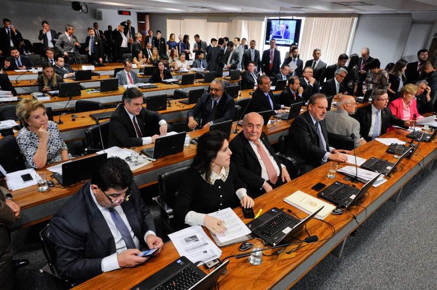Comissão de Constituição, Justiça e Cidadania (CCJ) realiza reunião com 50 itens, entre eles, o PLS 46/2010, que torna mais rigorosas as regras para realização de competições automobilísticas em vias públicas.  À bancada: senadora Marta Suplicy (PMDB-SP); senador Cidinho Santos (PR-MT); senador Flexa Ribeiro (PSDB-PA); senadora Ana Amélia (PP-RS); senadora Simone Tebet (PMDB-MS); senador Lasier Martins (PSD-RS); senador Antonio Anastasia (PSDB-MG);  senador Armando Monteiro (PTB-PE).  Foto: Geraldo Magela/Agência Senado