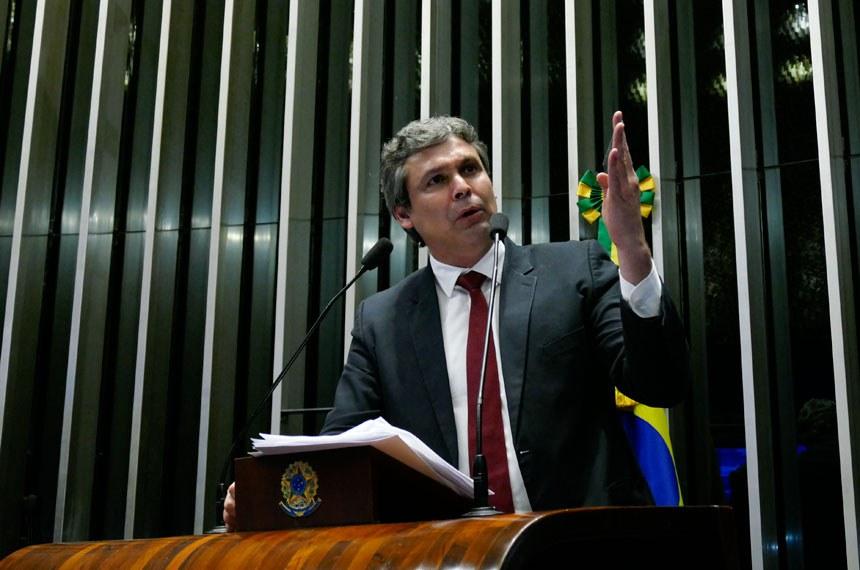 Plenário do Senado Federal durante sessão deliberativa ordinária.   Em discurso, à tribuna, senador Lindbergh Farias (PT-RJ).  Foto: Roque de Sá/Agência Senado