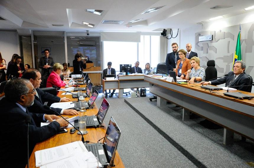 Comissão de Assuntos Sociais (CAS) realiza reunião deliberativa com 17 itens. Entre eles, o SCD 6/2016, que dispõe sobre os serviços de segurança privada e segurança das instituições financeiras.Mesa:presidente da CAS, senadora Marta Suplicy (PMDB-SP);senador Waldemir Moka (PMDB-MS).Bancada:senador Paulo Paim (PT-RS);  senador Vicentinho Alves (PR-TO);senadora Ana Amélia (PP-RS).Foto: Geraldo Magela/Agência Senado