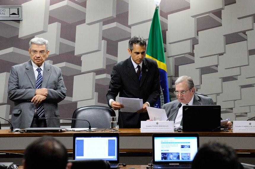 Senador Tasso Jereissati (D), presidente da CAE, e o vice-presidente da comissão, Garibaldi Alves Filho (de pé)
