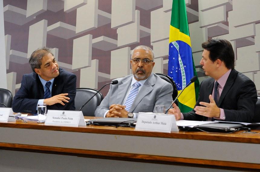 Os senadores Hélio José (E), relator da CPI da Previdência, e Paulo Paim (C), presidente da comissão, ao lado do deputado Arthur Maia (D), relator da reforma da Previdência na Câmara dos Deputados