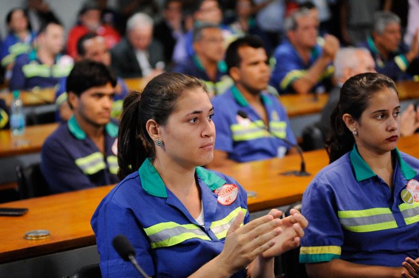 """Comissão de Direitos Humanos e Legislação Participativa (CDH) realiza audiência interativa para debater sobre o tema: """"A Utilização do Amianto no Brasil"""".  Colaboradores da Sama Mineração de Amianto acompanham audiência.  Foto: Pedro França/Agência Senado"""
