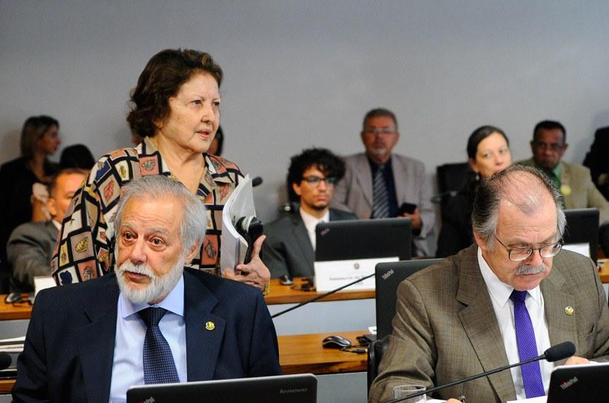 Comissão de Assuntos Sociais (CAS) realiza reunião deliberativa com 10 itens. Entre eles, o PLS 56/2014, que institui o Sistema Nacional de Logística de Antídotos, e o PLS 292/2014, que regulamenta o exercício da profissão de Despachante Documentalista.(E/D):senador Airton Sandoval (PMDB-SP); senador Dalírio Beber (PSDB-SC).Foto: Geraldo Magela/Agência Senado