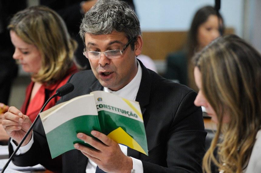 Comissão Especial do Impeachment 2016 (CEI2016) realiza reunião para apreciação de requerimentos.  senador Lindbergh Farias (PT-RJ) em pronunciamento com a constituição em mãos.  Foto: Edilson Rodrigues/Agência Senado