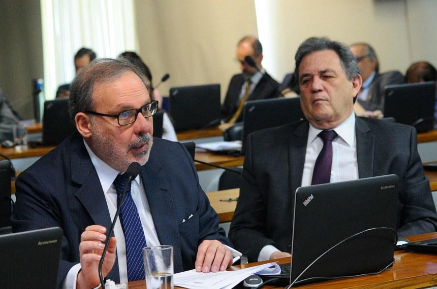 Comissão de Assuntos Econômicos (CAE) realiza reunião deliberativa com 16 itens. Entre eles, o PLS 138/2009, que libera o pagamento de boleto bancário em qualquer agência bancária, inclusive após a data do seu vencimento.  Bancada: senador Armando Monteiro (PTB-PE) - em pronunciamento; senador Waldemir Moka (PMDB-MS);    Foto: Geraldo Magela /Agência Senado
