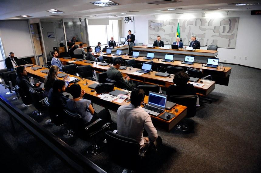 Comissão de Meio Ambiente (CMA) realiza audiência pública interativa para debater a autorização prévia da Funai para a negociação de títulos mobiliários no Mercado Brasileiro de Redução de Emissões relativos a emissões de gases de efeito estufa evitadas certificadas em terras indígenas.   Mesa:  coordenador-geral do clima da Secretaria de Políticas e Programas de Pesquisa e Desenvolvimento do Ministério da Ciência, Tecnologia, Inovações e Comunicações, Márcio Rojas da Cruz;  presidente eventual, senador Airton Sandoval (PMDB-SP);  secretário de mudança do clima e florestas do Ministério do Meio Ambiente, Everton Frask Lucero   Foto: Pedro França/Agência Senado