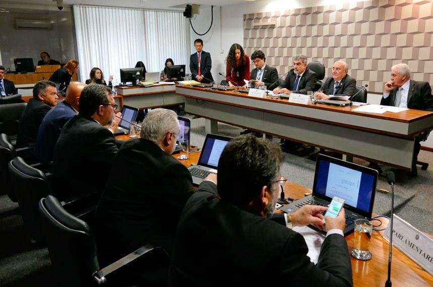 Comissão Mista da Medida Provisória (CMMPV) n° 782, de 2017, que estabelece a organização básica dos órgãos da Presidência da República e dos Ministérios, realiza reunião deliberativa para análise de relatório.   Mesa:  presidente da CMMPV 782/2017, deputado Laerte Bessa (PR-DF);  relator da CMMPV 782/2017, senador Flexa Ribeiro (PSDB-PA);  senador Otto Alencar (PSD-BA)   Foto: Roque de Sá/Agência Senado