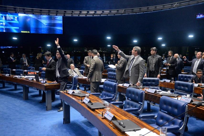 Plenário do Senado durante sessão deliberativa ordinária.  Participam: senador Hélio José (PMDB-DF);  senador Lindbergh Farias (PT-RJ);  senador Randolfe Rodrigues (Rede-AP);  senador Ricardo Ferraço (PSDB-ES);  senador Romero Jucá (PMDB-RR);  senadora Vanessa Grazziotin (PCdoB-AM).  Foto: Jefferson Rudy/Agência Senado