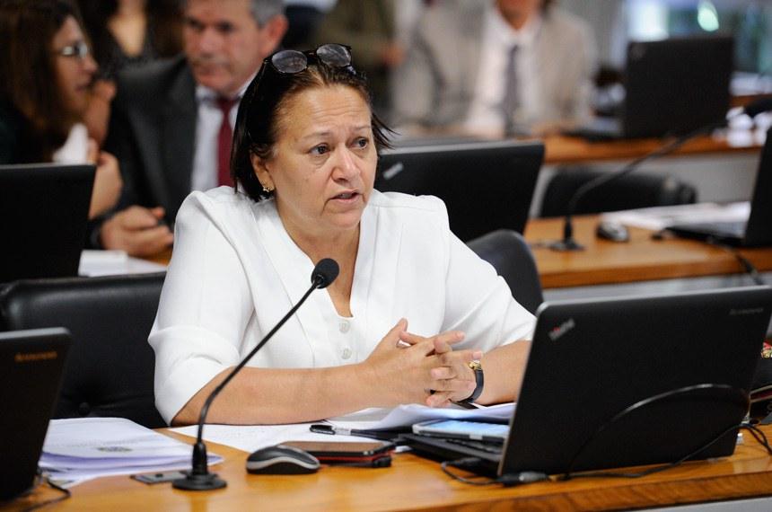 Comissão de Assuntos Sociais (CAS) realiza reunião deliberativa com 11 itens. Entre eles, o PLC 11/2016, que cria e regulamenta as profissões de cuidadores.   Em pronunciamento, senadora Fátima Bezerra (PT-RN).   Foto: Edilson Rodrigues/Agência Senado