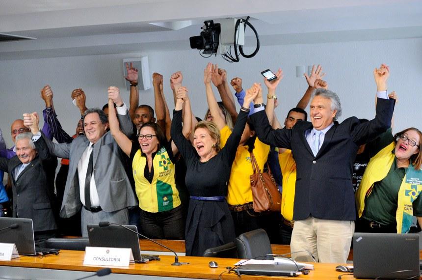 Comissão de Assuntos Sociais (CAS) realiza reunião deliberativa com 11 itens. Entre eles, o PLC 11/2016, que cria e regulamenta as profissões de cuidadores.  Participam: senador Elmano Férrer (PMDB-PI); senador Waldemir Moka (PMDB-MS); senador Ronaldo Caiado (DEM-GO); presidente da CAS, senadora Marta Suplicy (PMDB-SP); agentes de saúde.  Foto: Edilson Rodrigues/Agência Senado
