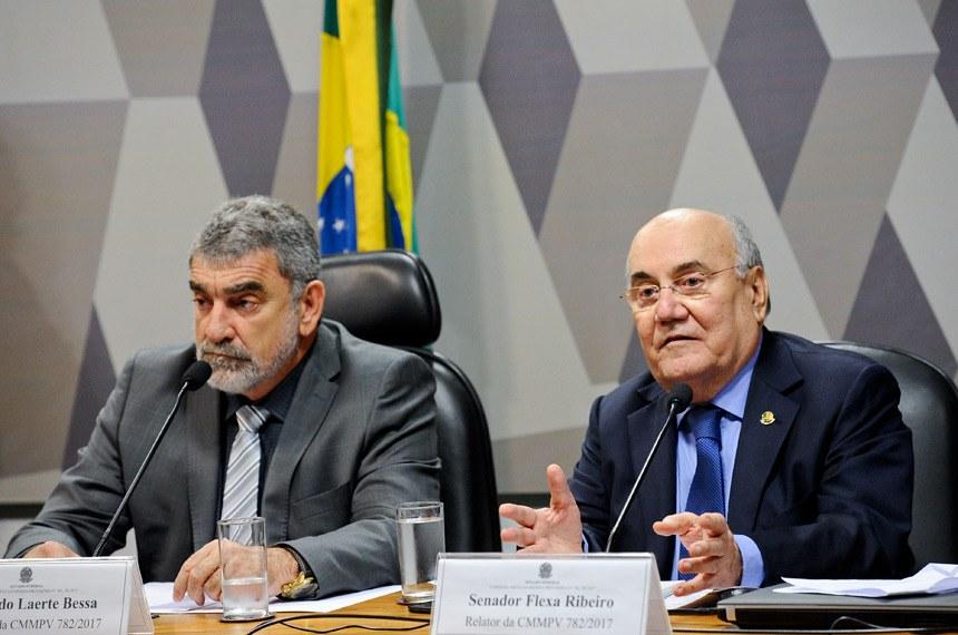 Comissão Mista da Medida Provisória (CMMPV) nº 782/2017 (organiza órgãos da Presidência e ministérios): apreciação do relatório.  Mesa:  presidente da CMMPV782/2017, deputado Laerte Bessa (PR-DF); relator da CMMPV 782/2017, senador Flexa Ribeiro (PSDB-PA).  Foto: Marcos Oliveira/Agência Senado