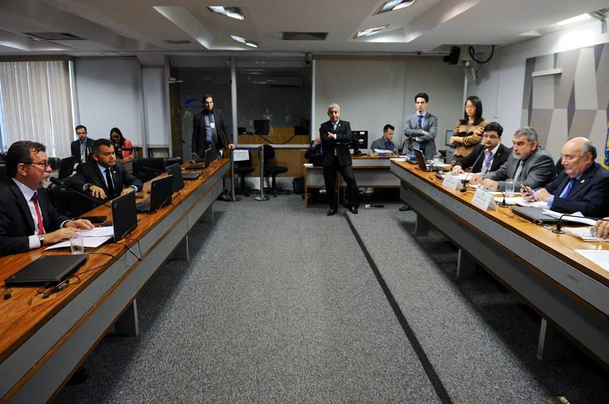 Comissão Mista da Medida Provisória (CMMPV) nº 782/2017 (organiza órgãos da Presidência e ministérios): apreciação do relatório.  Mesa:  presidente da CMMPV782/2017, deputado Laerte Bessa (PR-DF); relator da CMMPV 782/2017, senador Flexa Ribeiro (PSDB-PA).  Bancada: deputado Afonso Florence (PT-BA) em pronunciamento; deputado Cleber Verde (PRB-MA).  Foto: Marcos Oliveira/Agência Senado