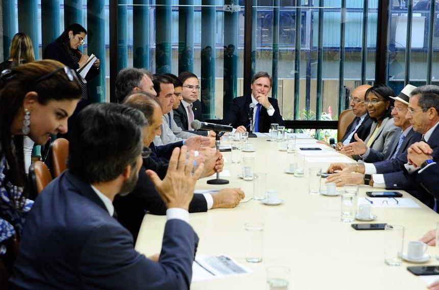 Comissão Mista de Planos, Orçamentos Públicos e Fiscalização (CMO) realiza reunião do colegiado de líderes para tratar da LOA 2018.   Participam:  presidente da CMO, senador Dário Berger (PMDB-SC);  deputado Cacá Leão (PP-BA);  senador Antonio Carlos Valadares (PSB-SE);  senador Pedro Chaves (PSC-MS);  senador Valdir Raupp (PMDB-RO);  deputada Rosangela Gomes (PRB-RJ);  deputado João Fernando Coutinho (PSB-PE);  deputado Rubens Bueno (PPS-PR);  deputado Toninho Wandscheer (PROS-PR)   Foto: Moreira Mariz/Agência Senado