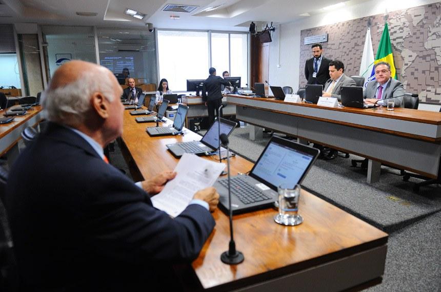 CPI do BNDES (CPIBNDES) realiza audiência pública sobre o tema objeto da comissão com convidado especificado no Requerimento nº 2/2017.  Mesa: presidente da CPIBNDES, senador Davi Alcolumbre (DEM-AP);  relator da CPIBNDES, senador Roberto Rocha (PSB-MA).  Bancada: senador Lasier Martins (PSD-RS).  Foto: Marcos Oliveira/Agência Senado