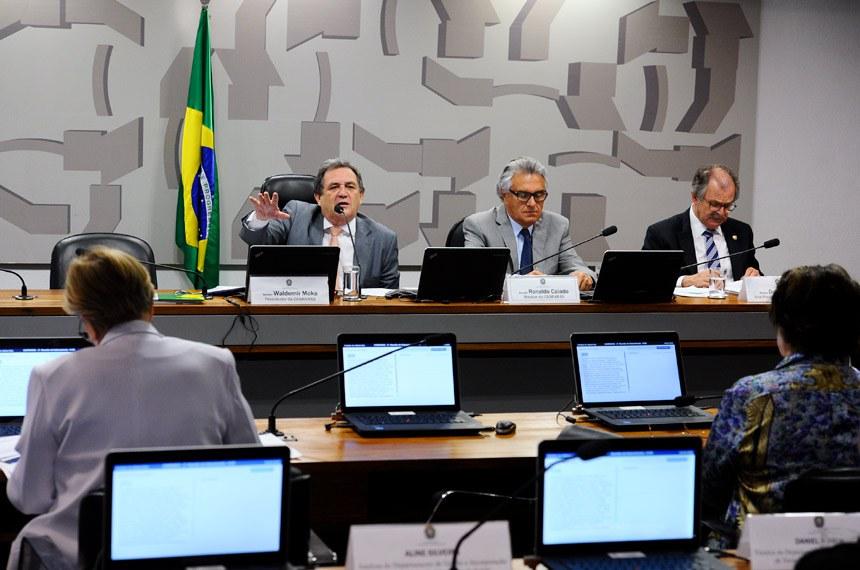 Subcomissão Especial sobre Doenças Raras (CASRARAS) realiza reunião para discussão do plano de trabalho.  Mesa: presidente da CASRARAS, senador Waldemir Moka (PMDB-MS); relator da CASRARAS, senador Roberto Requião (PMDB-PR); vice-presidente da CASRARAS, senador Dalírio Beber (PSDB-SC).  Foto: Marcos Oliveira/Agência Senado
