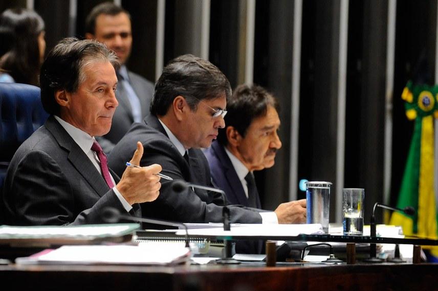O presidente do Senado, Eunício Oliveira, ao lado do senador Cássio Cunha Lima, autor da PEC que transforma agentes penitenciários em policiais penais
