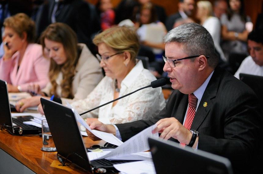 Comissão de Constituição, Justiça e Cidadania (CCJ) realiza reunião deliberativa com 44 itens. Entre eles, o PLS 86/2017, que institui o voto distrital misto nas eleições proporcionais e a PEC 33/2012, que trata da redução da maioridade penal.   À bancada: senadora Marta Suplicy (PMDB-SP); senadora Ana Amélia (PP-RS);  senadora Vanessa Grazziotin (PCdoB-AM);  senador Antonio Anastasia (PSDB-MG), em pronunciamento.  Foto: Pedro França/Agência Senado