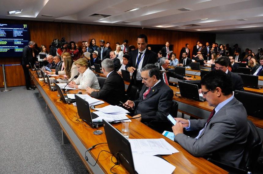 Comissão de Constituição, Justiça e Cidadania (CCJ) realiza reunião deliberativa com 44 itens. Entre eles, o PLS 86/2017, que institui o voto distrital misto nas eleições proporcionais e a PEC 33/2012, que trata da redução da maioridade penal.   Bancada:  senador Antonio Anastasia (PSDB-MG);  senador Antonio Carlos Valadares (PSB-SE);  senador Armando Monteiro (PTB-PE);  senador Benedito de Lira (PP-AL);  senador Eduardo Amorim (PSDB-SE);  senador Lasier Martins (PSD-RS);  senador Magno Malta (PR-ES);  senador Paulo Paim (PT-RS);  senador Ricardo Ferraço (PSDB-ES);  senador Wilder Morais (PP-GO);  senadora Ana Amélia (PP-RS);  senadora Marta Suplicy (PMDB-SP);  senadora Vanessa Grazziotin (PCdoB-AM)   Foto: Pedro França/Agência Senado