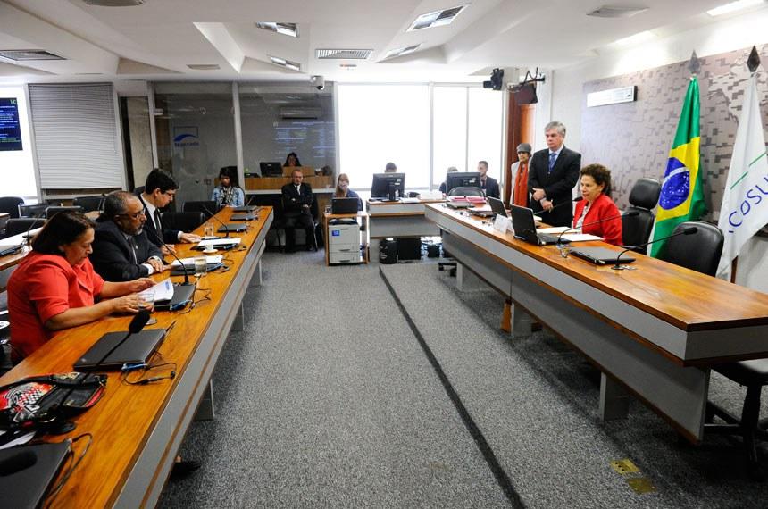 Comissão de Direitos Humanos e Legislação Participativa (CDH) realiza reunião deliberativa com 14 itens. Na pauta, o PLS 650/2011, que propõe demandas de acessibilidade no âmbito do Programa Minha Casa Minha Vida. Na sequência, apresentação de relatório dos trabalhos da comissão. À mesa, presidente da CDH, senadora Regina Sousa (PT-PI). Bancada: senadora Fátima Bezerra (PT-RN); senador Paulo Paim (PT-RS); senador Randolfe Rodrigues (Rede-AP) Foto: Marcos Oliveira/Agência Senado