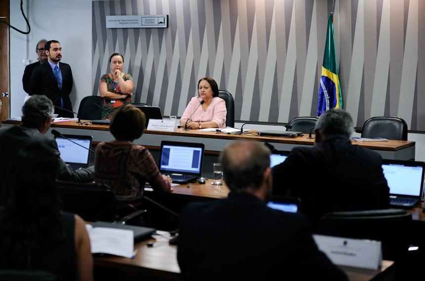 Comissão de Desenvolvimento Regional e Turismo (CDR) realiza reunião deliberativa com 8 itens. Entre eles, o PLS 68/2016, que institui o Regime de Tributação Unificada na importação de produtos do Paraguai  Presidente da CDR, senadora Fátima Bezerra (PT-RN) à mesa.  Foto: Edilson Rodrigues/Agência Senado