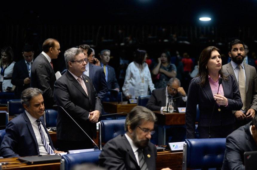 Plenário do Senado durante sessão deliberativa ordinária. Ordem do dia.  Participam: senadora Simone Tebet (PMDB-MS) - em pronunciamernto; senador Antonio Anastasia (PSDB-MG);  senador Ataídes Oliveira (PSDB-TO);  senador Aécio Neves (PSDB-MG);  senador Valdir Raupp (PMDB-RO); senador Hélio José (PMDB-DF)  Foto: Jefferson Rudy/Agência Senado